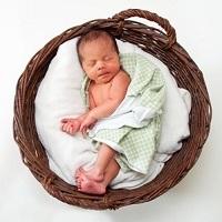 Pasgeboren baby in mand